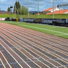 Ohrev športových plôch s umelou trávou.
